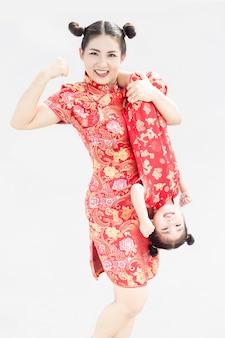 Famille asiatique avec une robe cheongsam