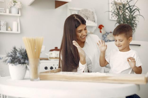 Famille assis dans une cuisine et faire cuire la pâte pour les cookies