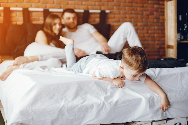 Famille assis dans un lit