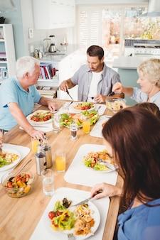 Famille assise à la table à manger