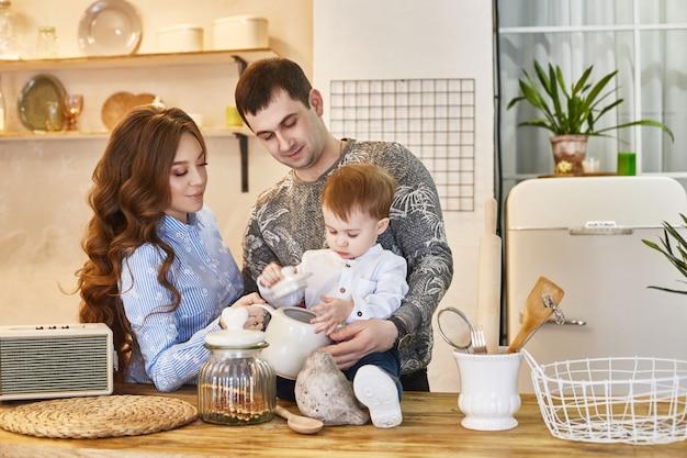 La famille attend un deuxième enfant, homme et femme