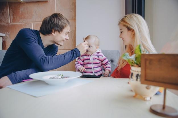 Famille au café