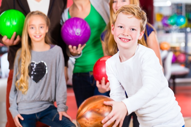 Famille au centre de bowling