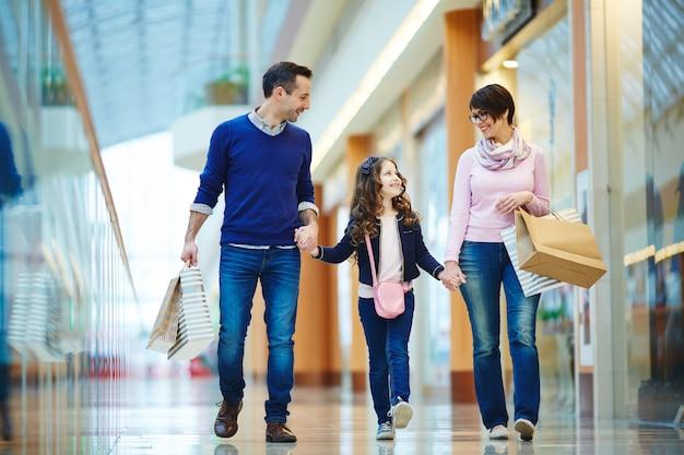 Famille au centre commercial
