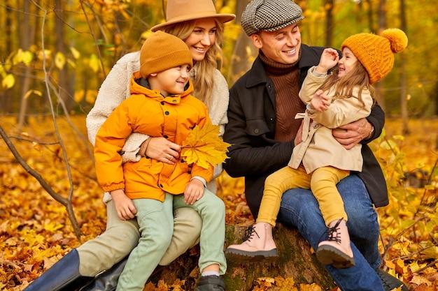 Famille en automne parc entouré de feuilles