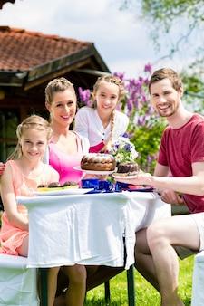 Famille, avoir café, dans, jardin, manger, gâteau