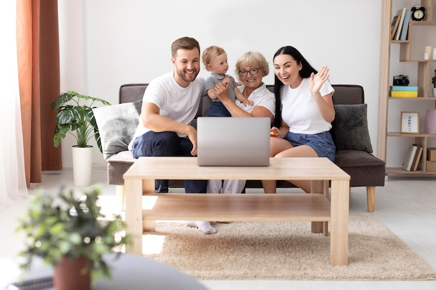 Famille ayant un appel vidéo à la maison