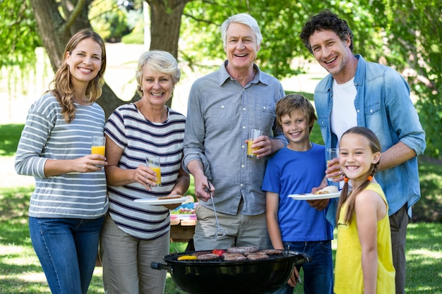Famille ayant un barbecue