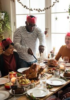 Famille ayant un dîner de noël