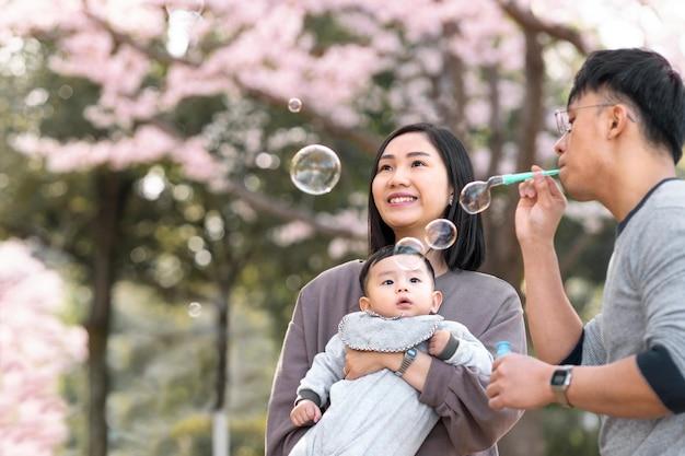Famille ayant du temps de qualité ensemble à l'extérieur