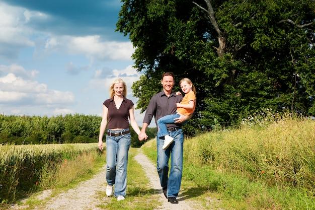 Famille ayant un enfant à pied