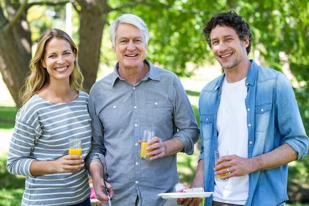 Famille ayant un pique-nique avec barbecue