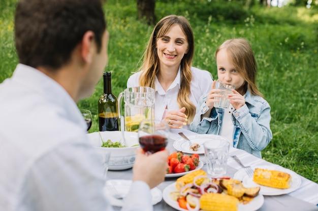 Famille ayant un pique-nique dans la nature