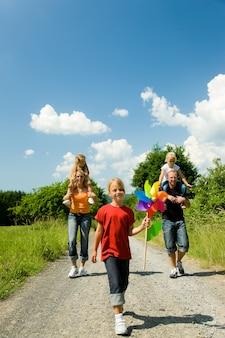 Famille ayant une promenade