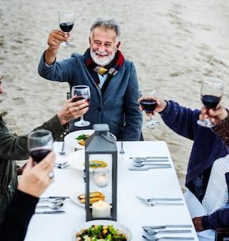 Famille ayant un toast à la plage