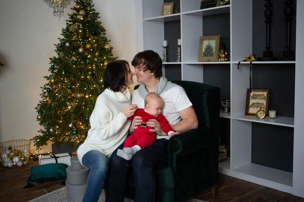 Famille, baisers, magnifiquement décoré, noël, arbre, noël