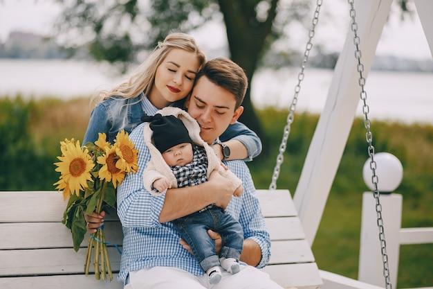 Famille sur une balançoire