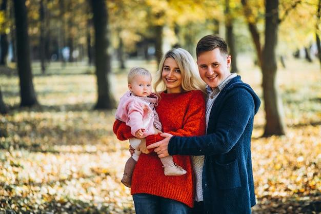Famille avec bébé fille dans un parc en automne