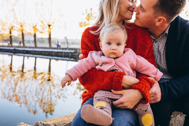 Famille avec bébé fille marchant dans le parc