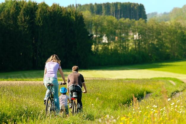 Famille à bicyclette en été