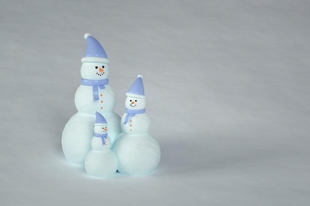 Famille de bonhomme de neige avec écharpe et chapeau aux couleurs bleues