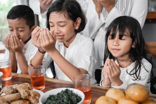 Famille brisant le jeûne