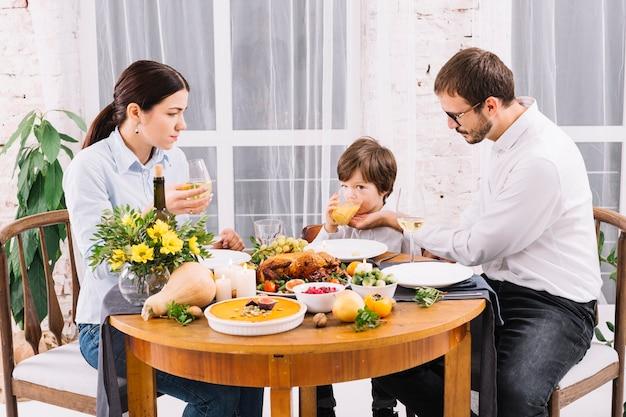 Famille buvant à la table de fête