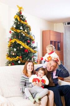 Famille sur le canapé à noël