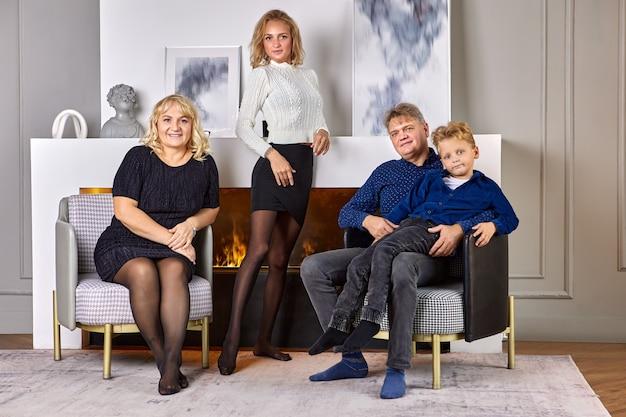 Une famille caucasienne amicale se tient près d'une cheminée à la maison