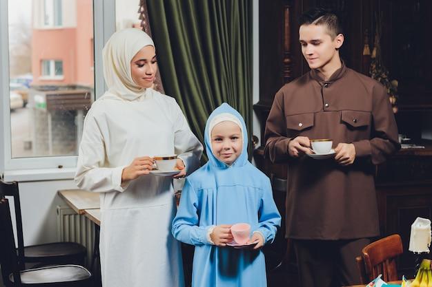 Famille caucasienne musulmane, boire du thé