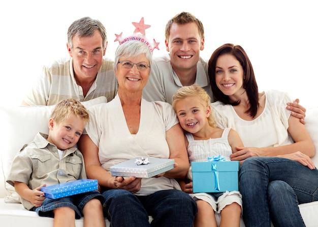 Famille célébrant l'anniversaire de la grand-mère