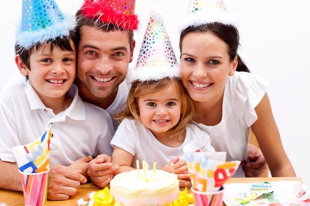 Famille célébrant l'anniversaire de sa fille à la maison
