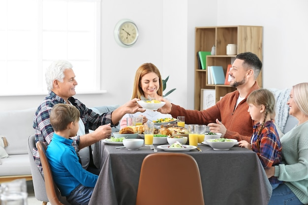 Famille célébrant le jour de thanksgiving à la maison