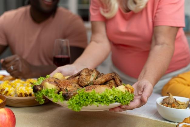 Famille célébrant le jour de thanksgiving à la table du dîner