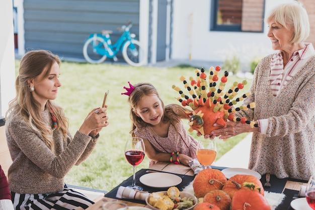 Famille célébrant le jour de thanksgiving