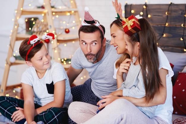 Famille célébrant noël ensemble à la maison