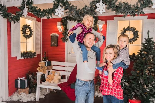 Famille célébrant noël ensemble