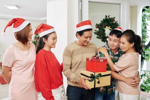 Famille célébrant noël