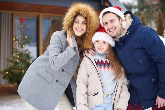 Famille célébrant le temps de noël à l'extérieur