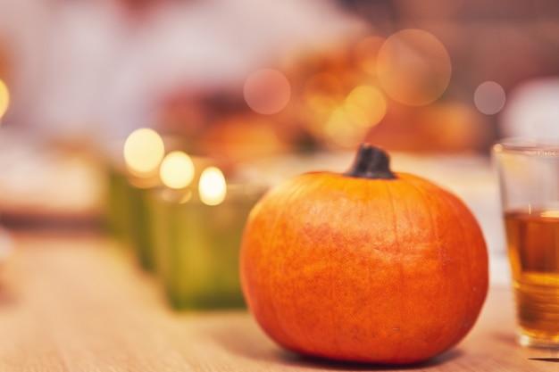 Famille célébrant thanksgiving. concentrez-vous sur la table et le plat