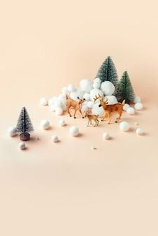 Famille de cerfs dans la forêt d'hiver, maquette de noël