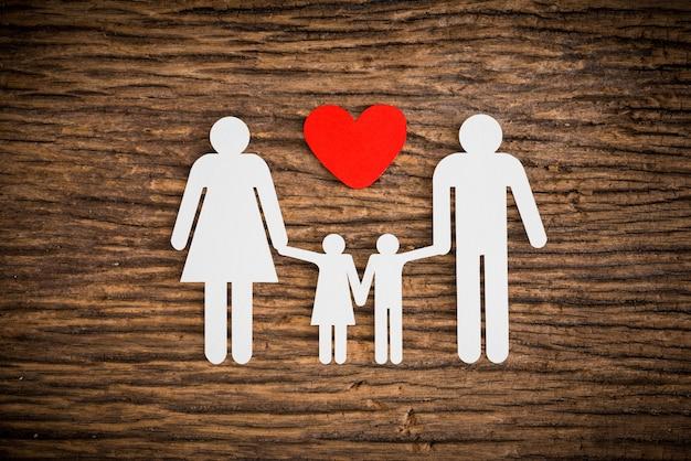 Famille de la chaîne de papier et coeur rouge symbolisant