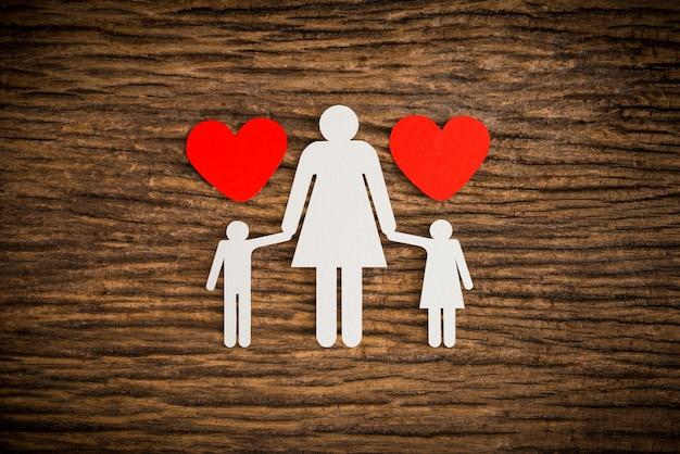 Famille de la chaîne de papier et le coeur rouge symbolisant