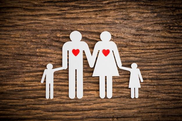 Famille de chaîne de papier et coeur rouge symbolisant