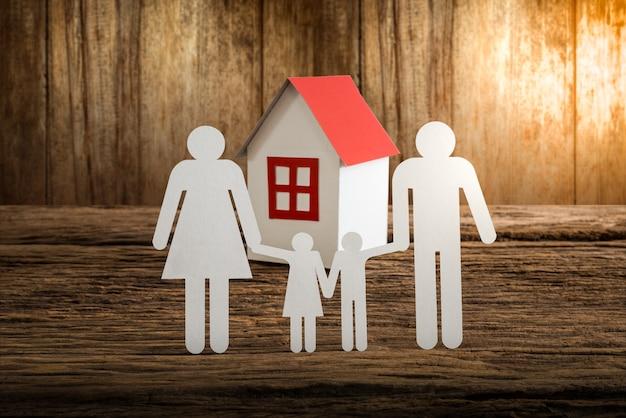 Famille de chaîne de papier symbolisant et maison