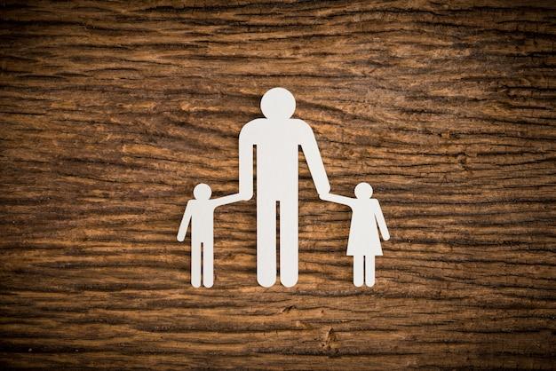 Famille de chaînes de papier symbolisant