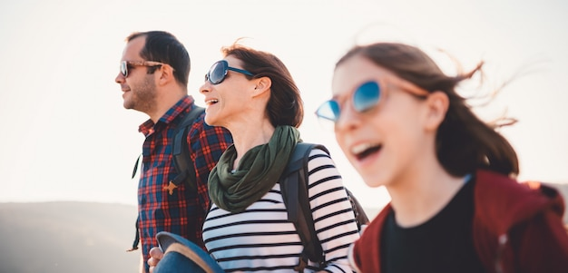 Famille chantant lors d'une randonnée par une journée ensoleillée