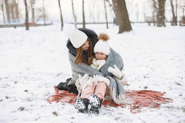 Famille En Chapeaux D'hiver Tricotés En Vacances Photo gratuit