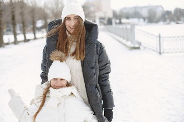 Famille en chapeaux d'hiver tricotés en vacances