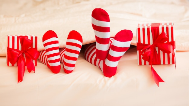 Famille en chaussettes de noël allongé sur le lit